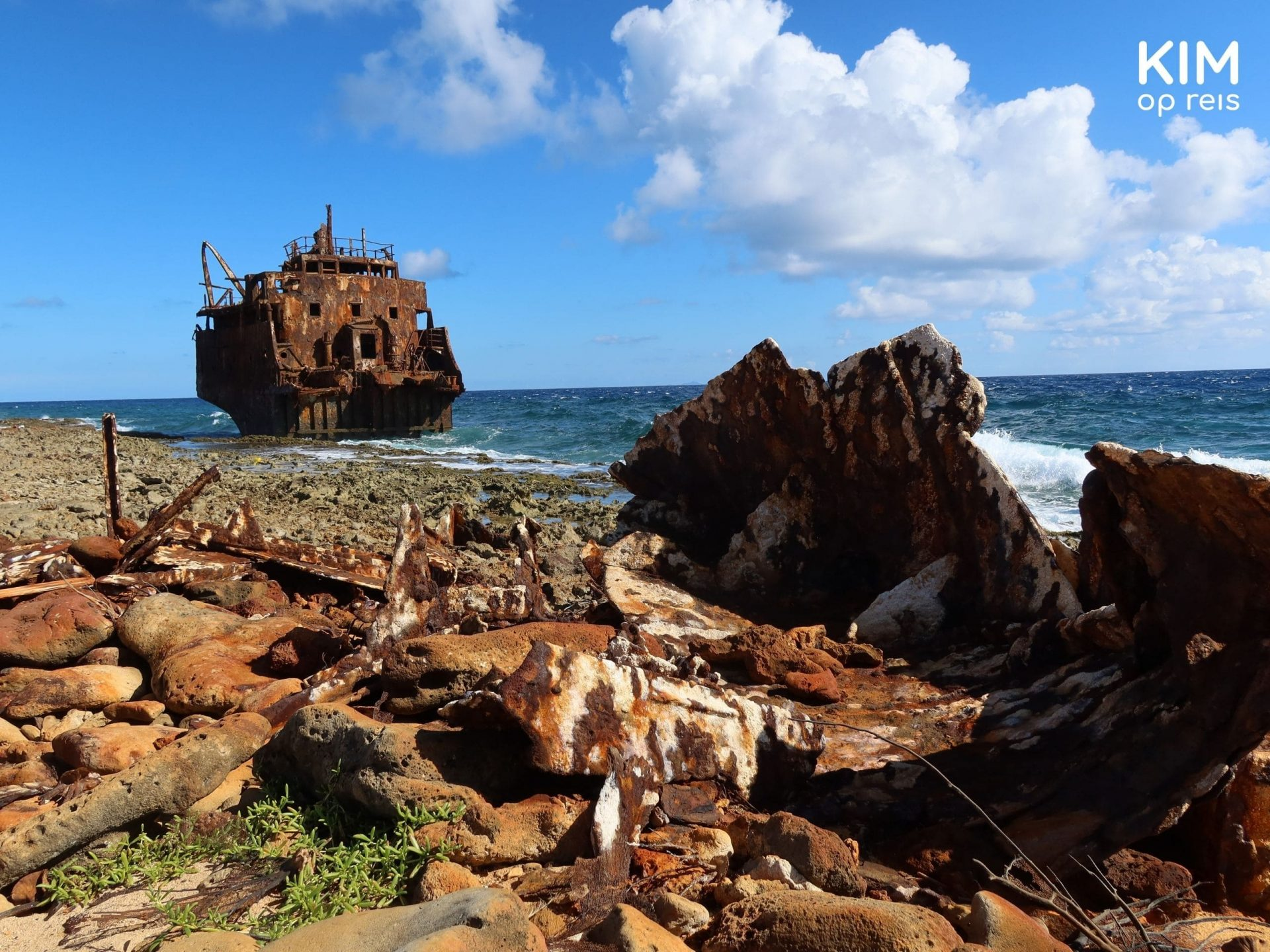 Shipwreck Klein Curaçao: Parts of ships lie on the rough coast, just off the coast is the shipwreck of an oil tanker
